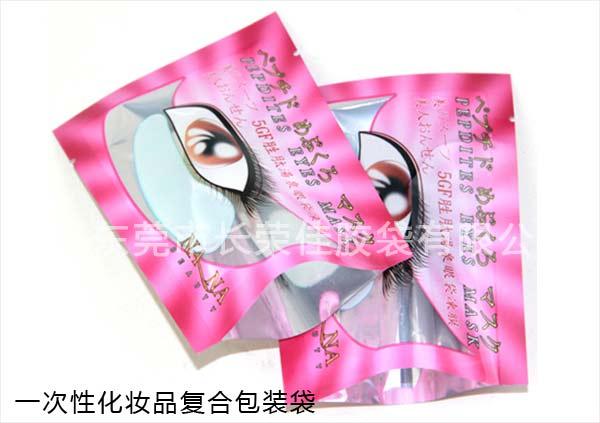 化妆品包装袋袋型  化妆品包装袋材质特写 更多一次性化妆品包装袋图片如上,如果您有任何需求,请随时与我公司取得联系。 工厂定制加工化装品袋。 我们用CMYK的印刷品质来做化装品袋。 此包装袋防水也防照射。 外观优美 可重复使用。 有底风琴可增加袋子容量,并且易于展示。 一次性化妆品包装袋产品规格: